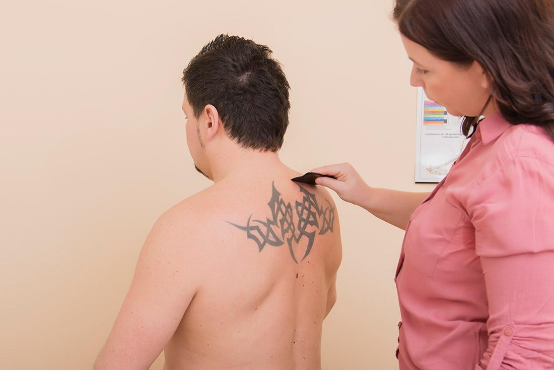 Foto: Melanie beim Schaben am Rücken eines Klienten