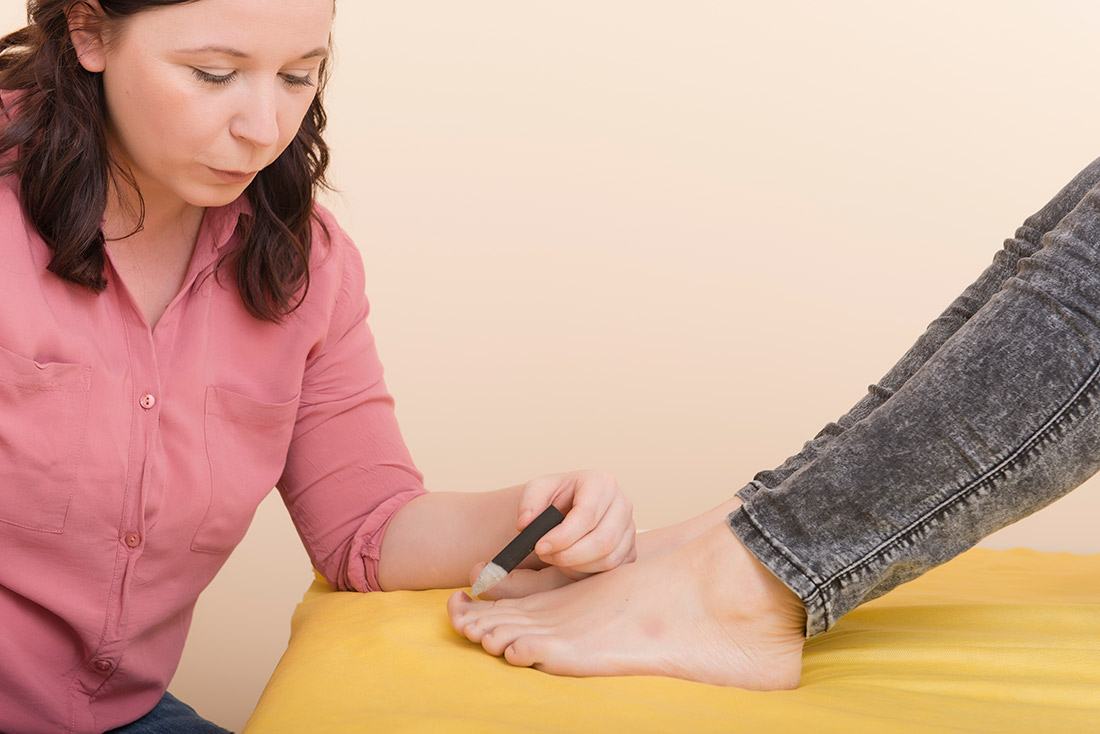 Foto: Melanie beim Moxen am Fuß einer Klientin