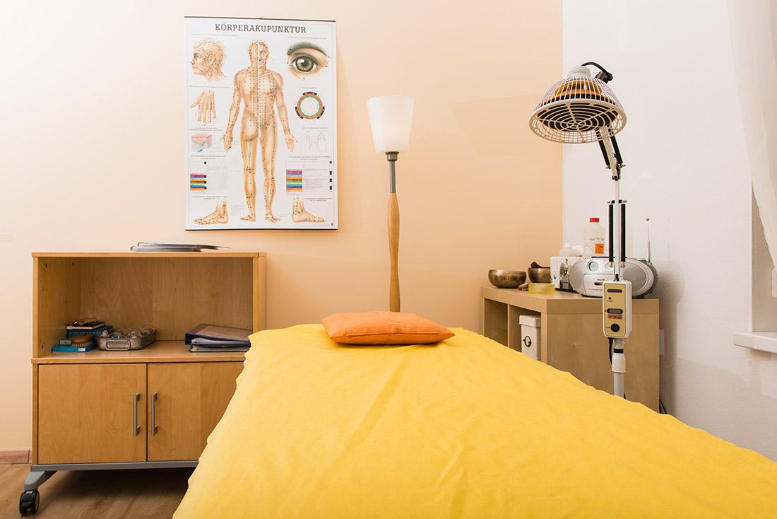 Foto: Praxis: Behandlungsliege, Klangschalen, etc.