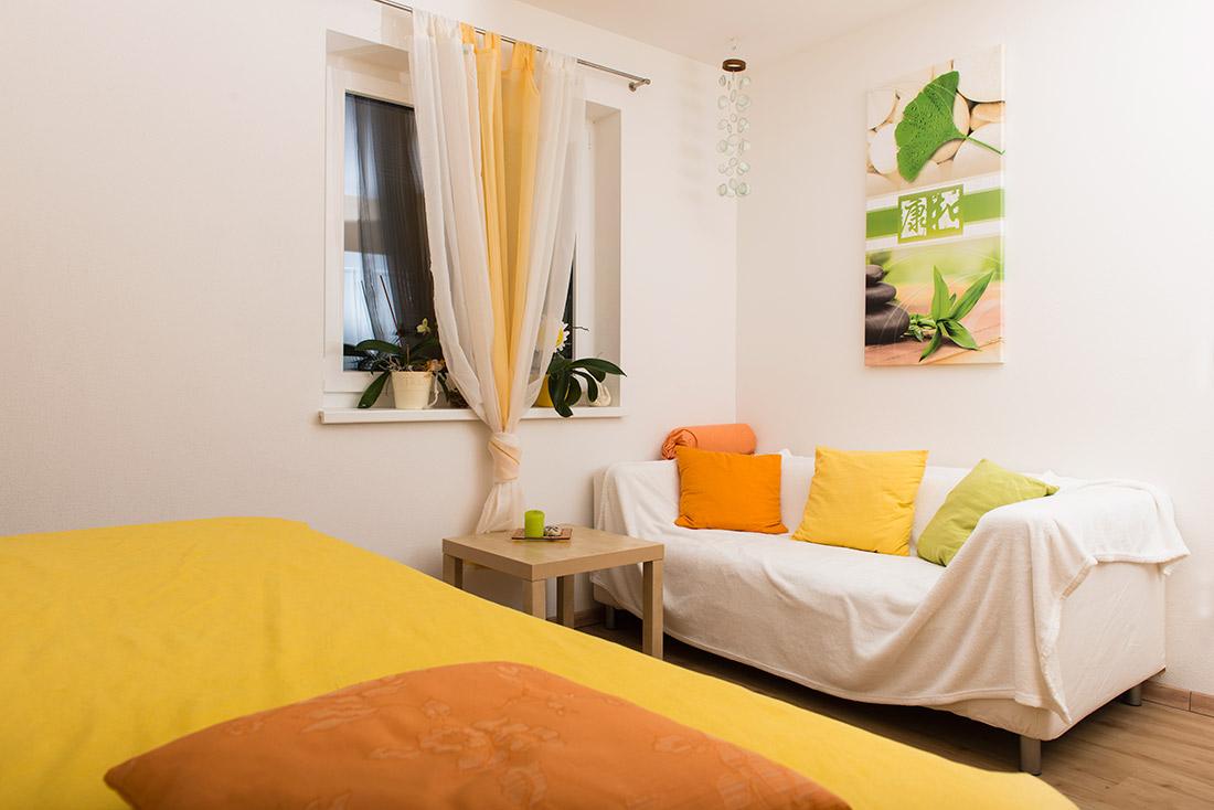 Foto: Praxis: Behandlungsliege, Fenster, Sofa etc.